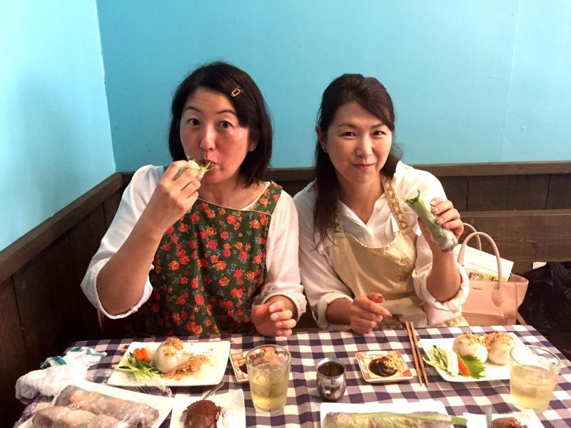 ベトナム料理食事中2