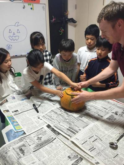 かぼちゃを切っている子供達