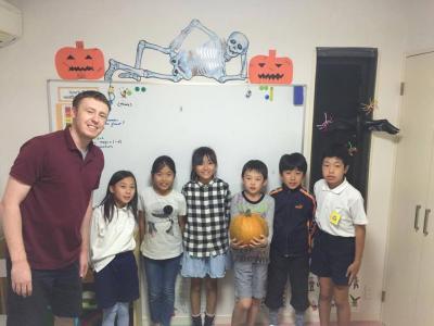 かぼちゃを持って立っている子供達02