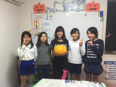 かぼちゃを持って立っている子供達