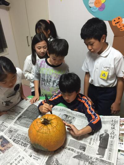かぼちゃにデザインをマジックで描く