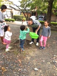 babyクラス公園で宝物さがし01